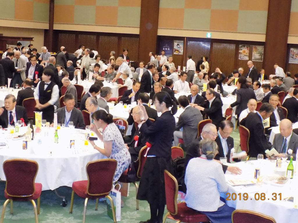 心のふるさと大阪鳥取県人会も参加している鳥取県ファンの集いで談笑する会員たち