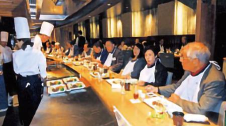 心のふるさと大阪鳥取県人会の鳥取ゆかりの店食べ歩き会で大山鳥取和牛に舌鼓を打つメンバーたち