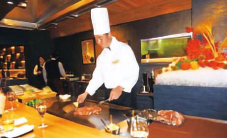 心のふるさと大阪鳥取県人会の鳥取ゆかりの店食べ歩き会メンバーのために大山鳥取和牛を焼くシェフ